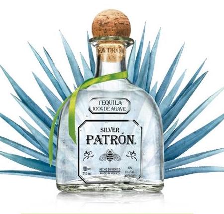 Garrafa de tequila Patron Silver com folhas de agave azul para a divulgação da Tequila Patrón Week
